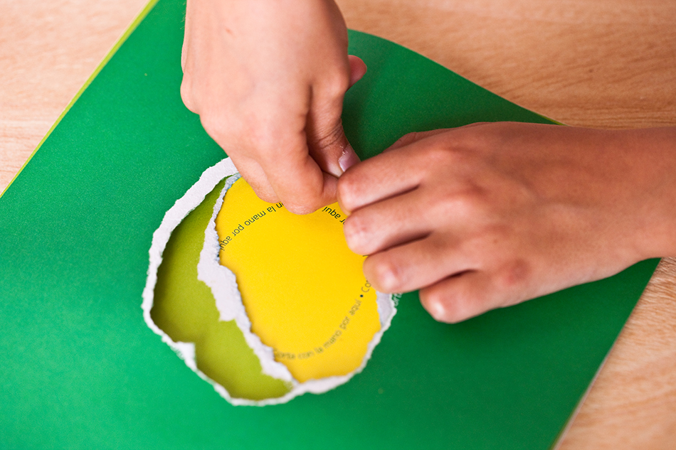 niña recortando página verde ejercicio programa para familias